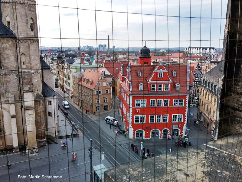 Blick vom Roten Turm auf Halles Marktplatz zum alten Schloesschen, Foto: Martin Schramme